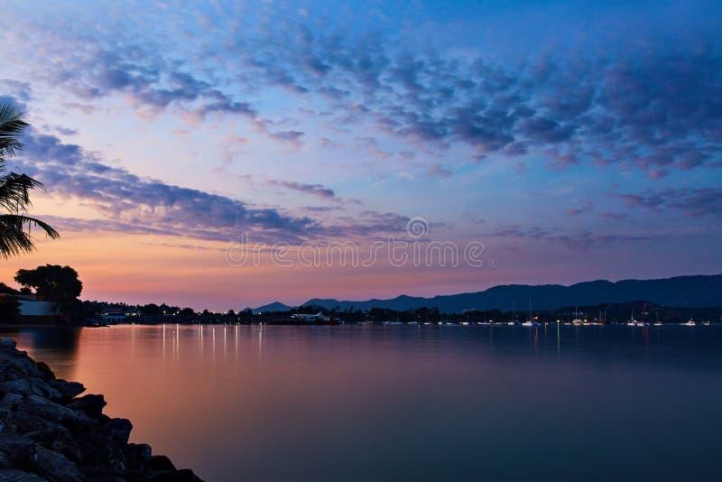 Mer de coucher du soleil de côte d'île, beau ciel Paysage marin tropical, côte photographie stock libre de droits