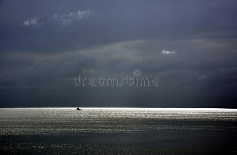 Mer de jaillissement un jour nuageux photographie stock libre de droits