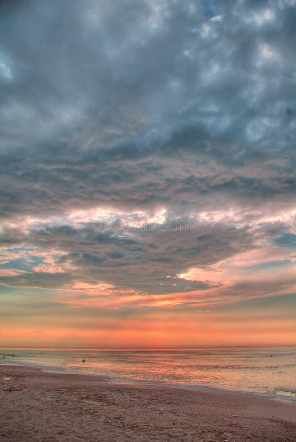 Mer de matin avant la tempête (traitement de HDR-Poteau) photo libre de droits