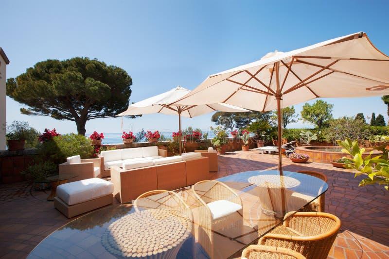 Mer de négligence de terrasse de villa, jour d'été photos stock