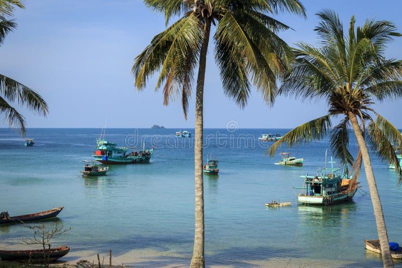 Mer de plage avec les palmiers et le bateau image libre de droits