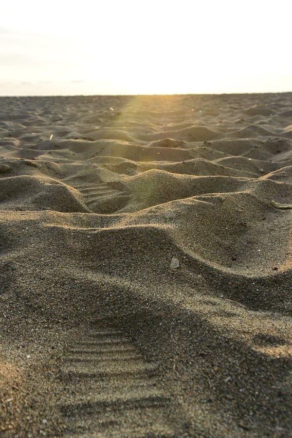 Mer de plage de sable de voyage de nature de coucher du soleil la belle opacifie le moment étonnant d'été de l'eau de jour images stock