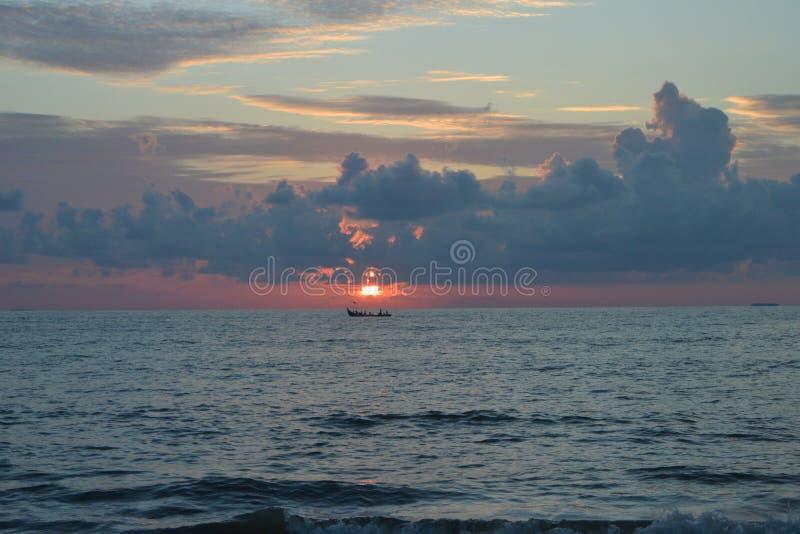 Mer de plage de sable de voyage de nature de coucher du soleil la belle opacifie le moment étonnant de l'eau de jour photos stock