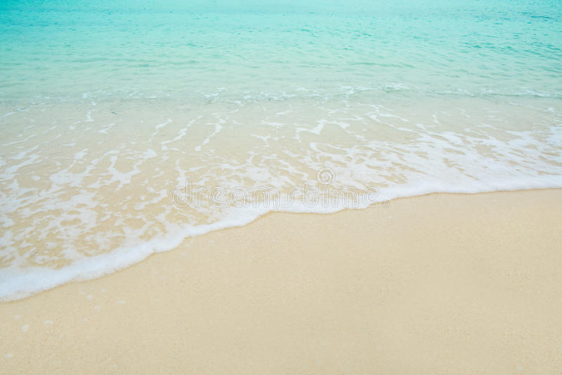 Mer de vague sur la plage de sable image libre de droits