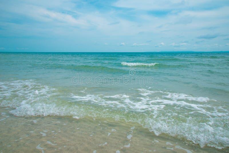 Mer de vague sur la plage de sable photos stock