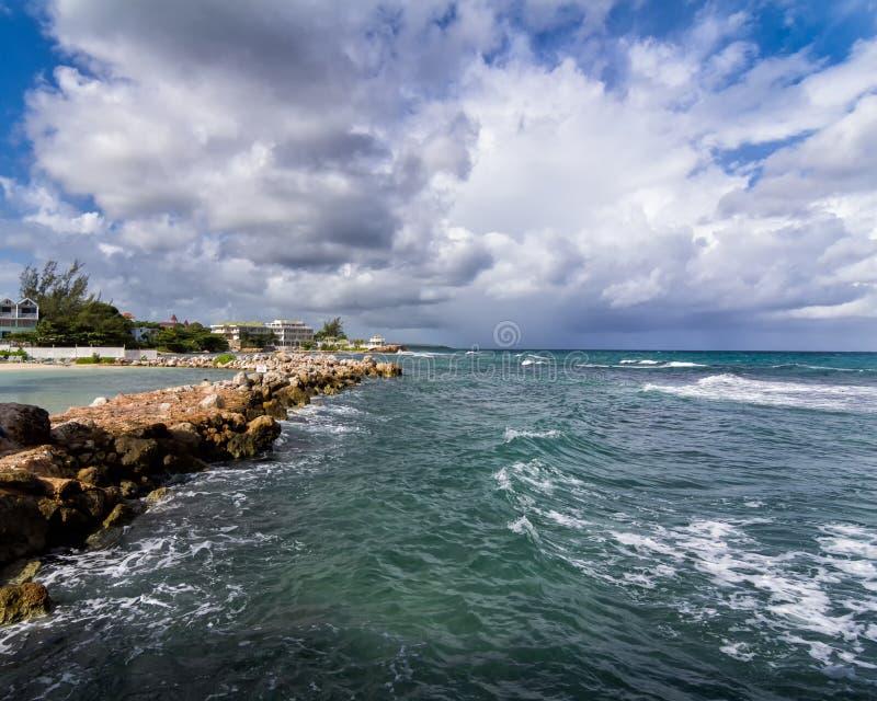 Mer des Caraïbes à la baie d'emballement, Jamaïque images libres de droits