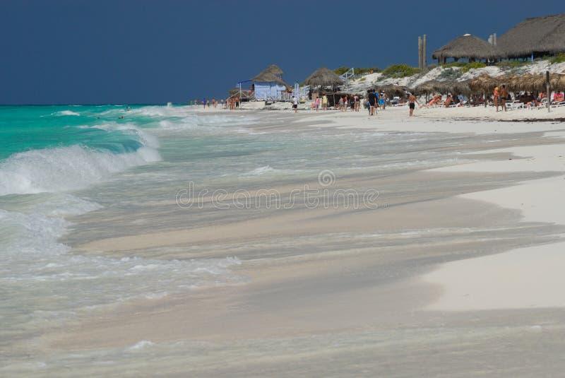 mer des Caraïbes de plage ensoleillée photos stock