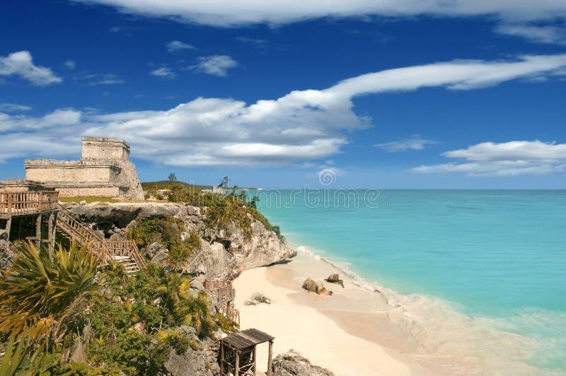 Mer des Caraïbes de ruines maya de Tulum au Mexique photos stock