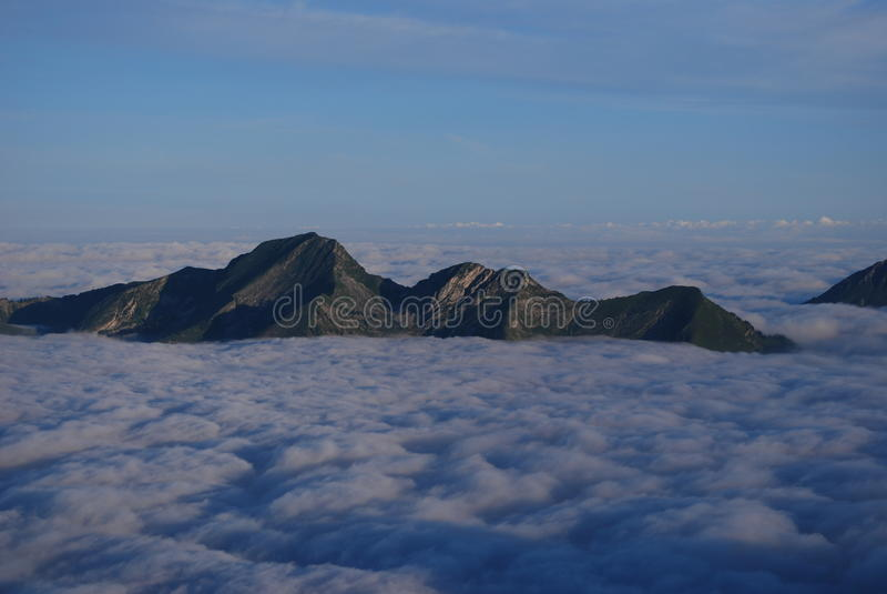 Mer des nuages dans les Alpes photos libres de droits