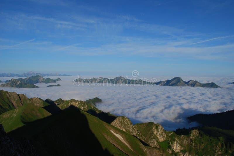 Mer des nuages dans les Alpes photos stock