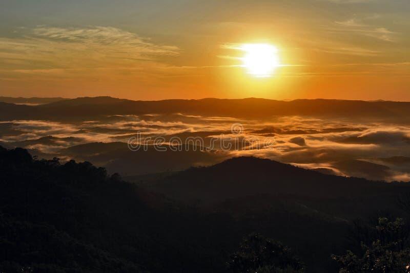 Mer des nuages de ‹d'†de ‹d'†au lever de soleil dans les montagnes image libre de droits