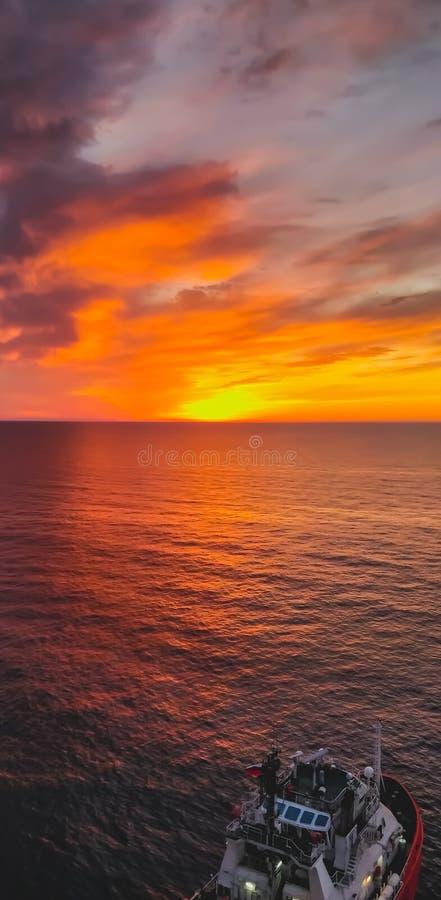 Mer en mer de coucher du soleil image stock