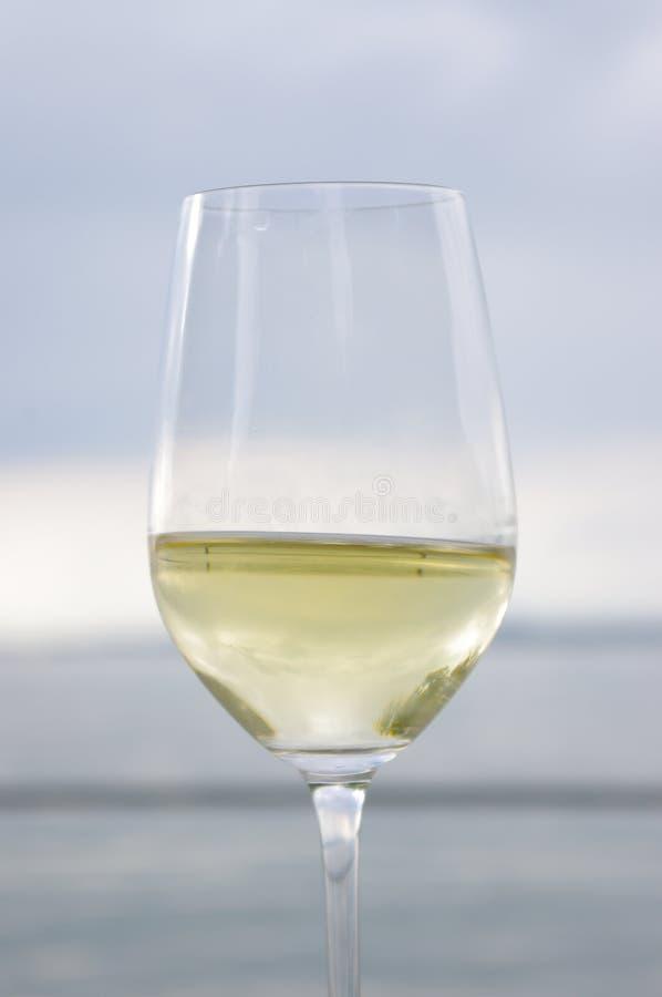 Mer en verre de vin images stock