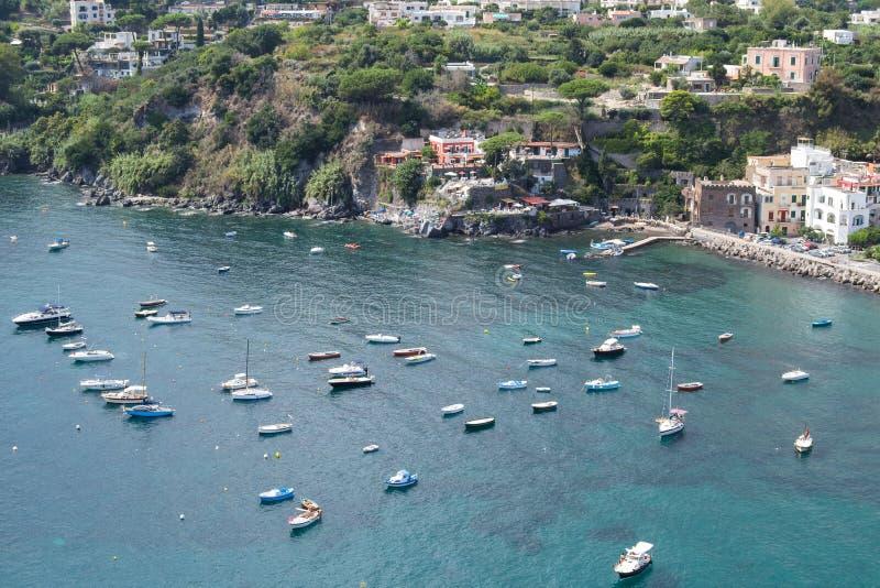 Mer et côte aussi bien que yachts et bateaux dans des ischions Italie photo stock