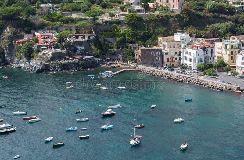 Mer et côte aussi bien que yachts et bateaux dans des ischions Italie images stock