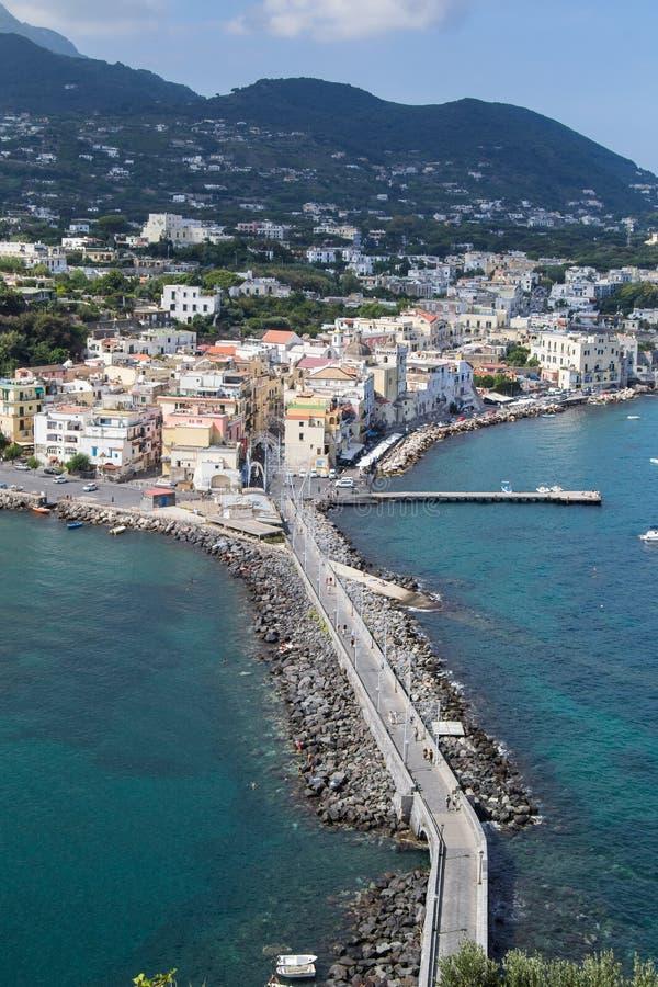 Mer et côte aussi bien que yachts et bateaux dans des ischions Italie photographie stock