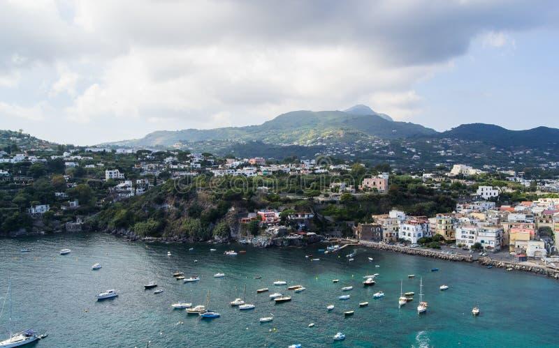 Mer et côte aussi bien que yachts et bateaux dans des ischions Italie image libre de droits