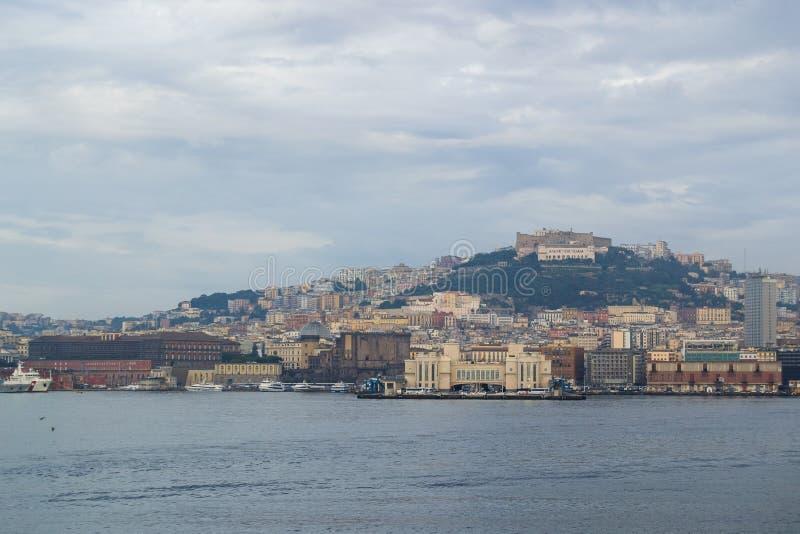 Mer et côte aussi bien que yachts et bateaux dans des ischions Italie photo libre de droits