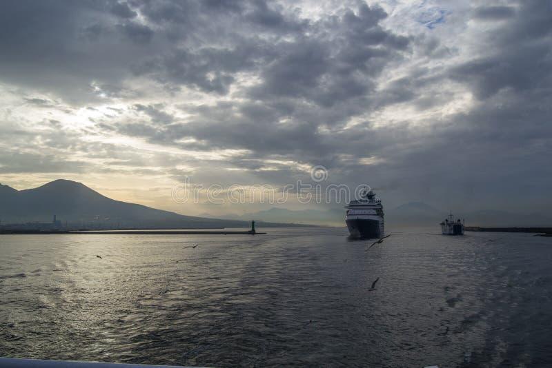 Mer et côte aussi bien que yachts et bateaux dans des ischions Italie photographie stock libre de droits