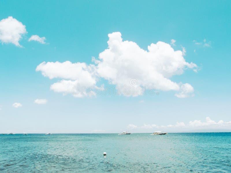 Mer et ciel toujours nuageux dans le jour ensoleillé Photo modifiée la tonalité cinématographique de vintage de voyage d'été image libre de droits