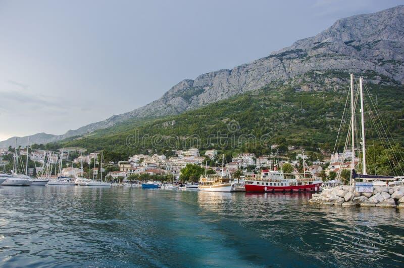 Mer et montagne bleues images libres de droits