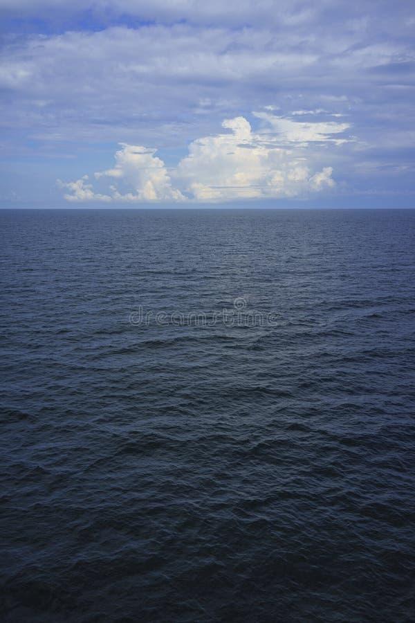 Mer et nuages bleus photographie stock