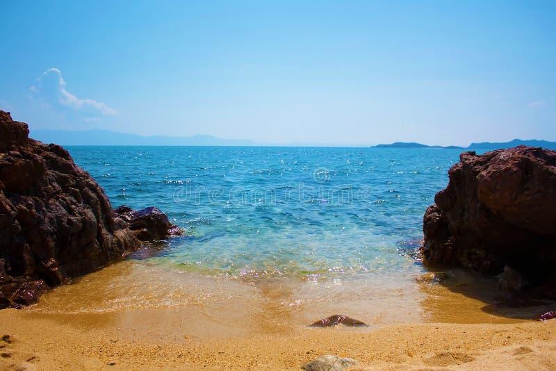 Mer et pierres à sable jaune, plage dans la station de vacances, l'espace libre pour la conception photographie stock