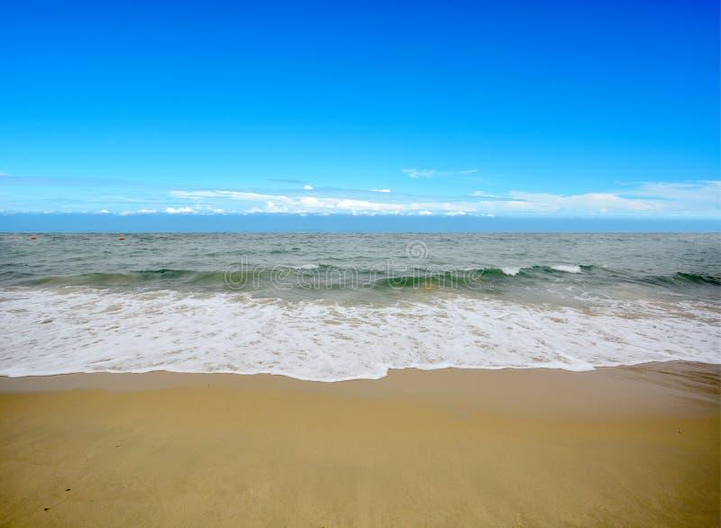 Mer et plage bleues image stock