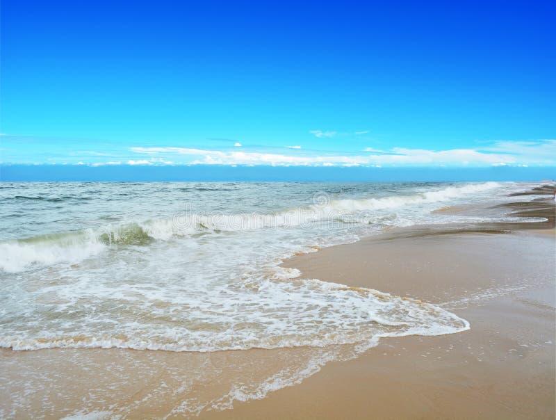 Mer et plage bleues photo stock