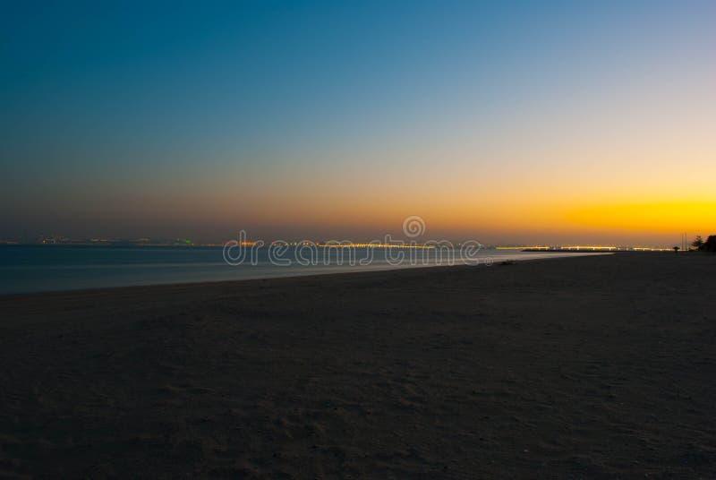 Mer et plage pendant la nuit photos stock