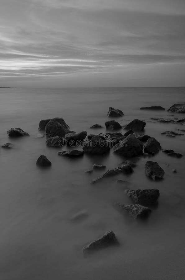 Mer et roche au coucher du soleil Belle composition en nature images libres de droits