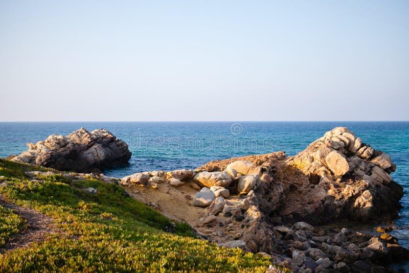 Mer et roches en Tunisie photo libre de droits