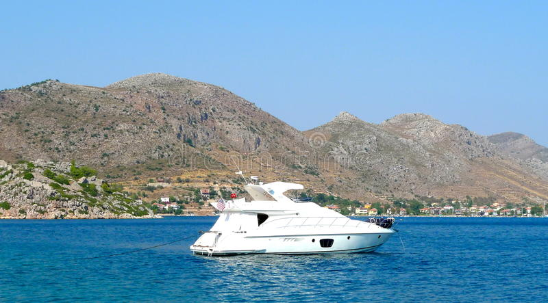 Mer et yacht bleus dans les dindes Bodrum photographie stock libre de droits