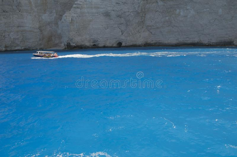 Mer ionienne bleue vive près des cavernes bleues en île de Zakynthos photographie stock libre de droits