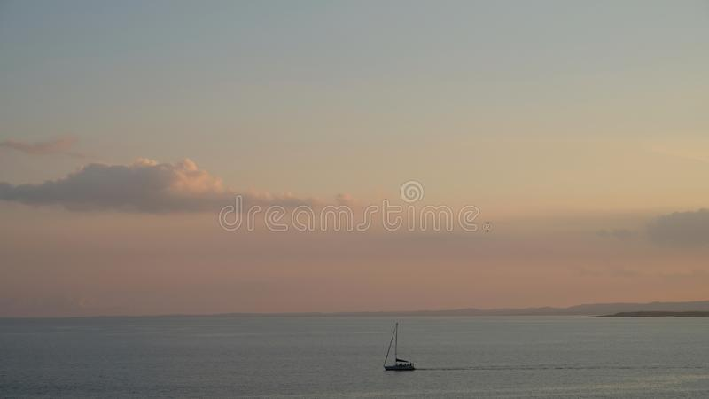 Mer ionienne calme dans la région de Plemmirio, Sicile photo libre de droits