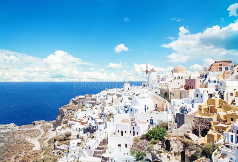 mer ? la maison grecque de santorini d'?le de la Gr?ce ? visualiser Beau paysage de Santorini contre des nuages de ciel images libres de droits
