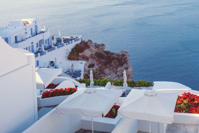 mer ? la maison grecque de santorini d'?le de la Gr?ce ? visualiser Mer bleue et ville blanche image stock