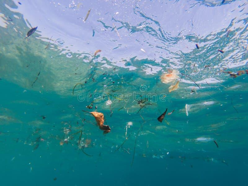 Mer méditerranéenne polluée par les plastiques et autres débris photo libre de droits