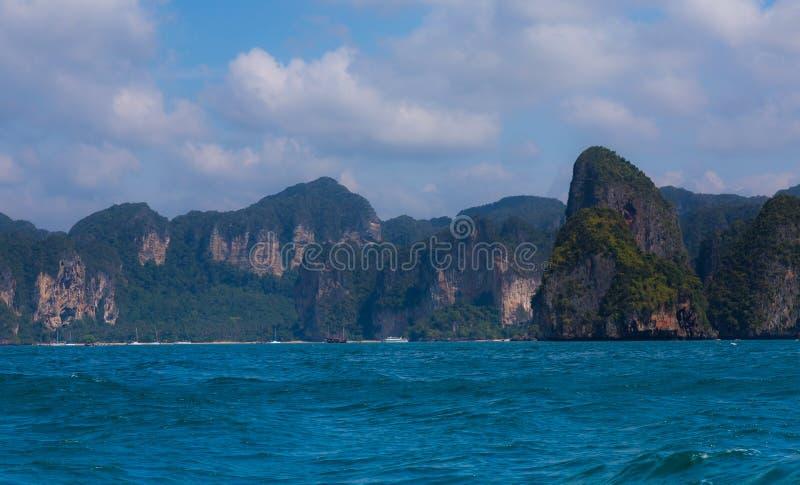 Mer, montagne et ciel photos libres de droits