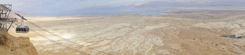 Mer morte pendant l'hiver avec le tram de Masada photo libre de droits