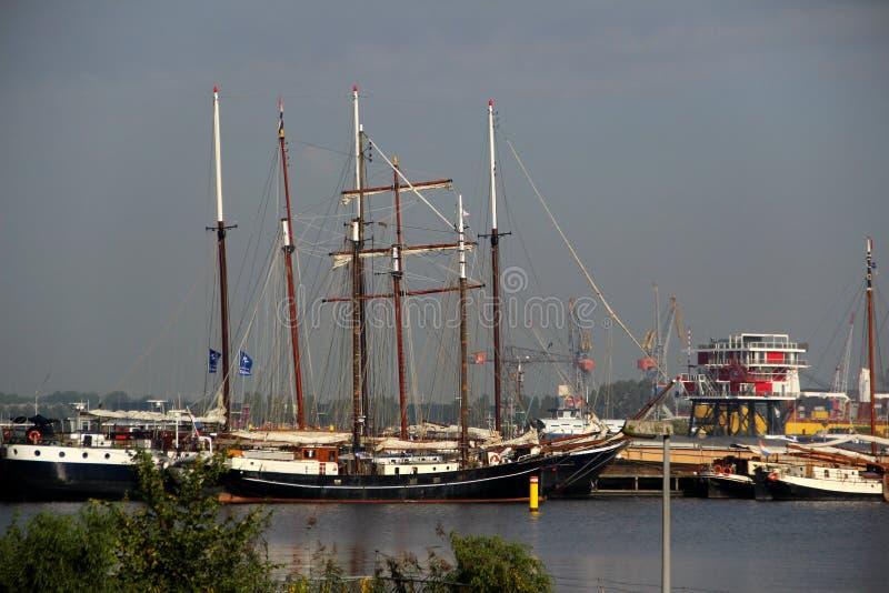 Mer nära sikt på seglafartyget och masten på hamnen i amsterdam Nederländerna royaltyfri foto