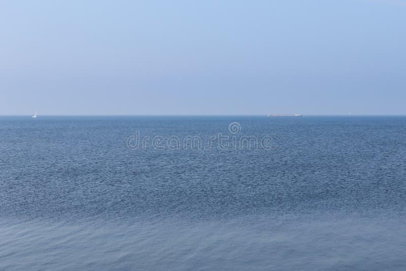 Mer néerlandaise sans fin avec le ciel bleu image libre de droits
