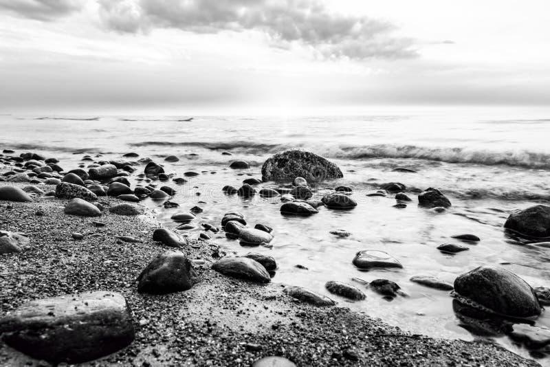 Mer noire et blanche Vagues frappant dans les roches photographie stock libre de droits