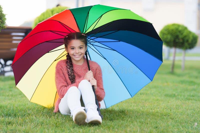 mer nr Optimist och gladlynt barn Vårregn Positivt lynne i regnigt väder för höst rain regnbågen royaltyfri bild