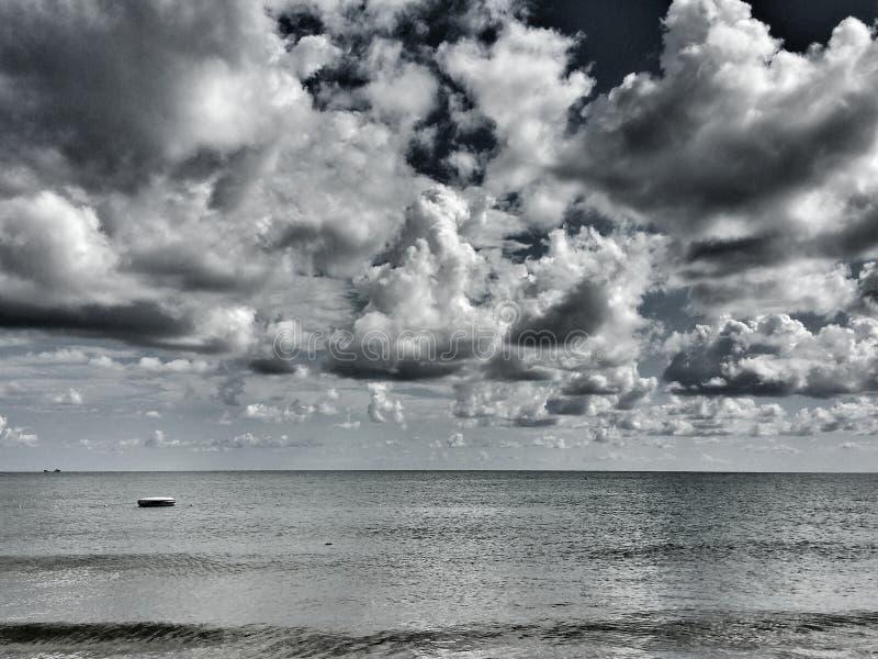 Mer nuageuse photographie stock libre de droits
