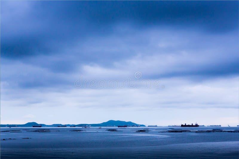 Mer nuageuse bleue avec de grands bateaux photo libre de droits