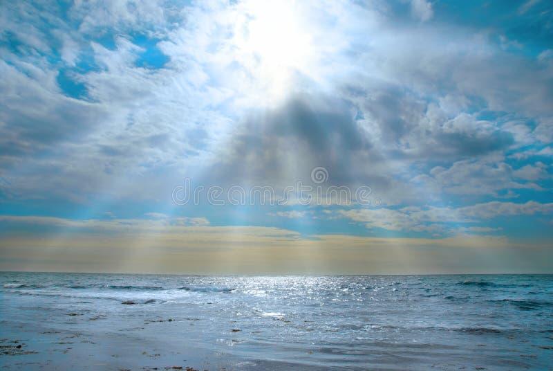 Mer, ondes et nuages photo stock