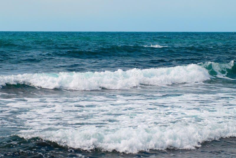 Mer, ondes et nuages images stock