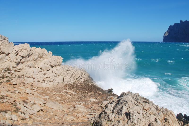 Mer orageuse à Cala San Vicente dans Majorca image libre de droits