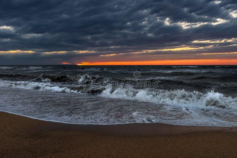 Mer orageuse au temps de coucher du soleil photographie stock libre de droits